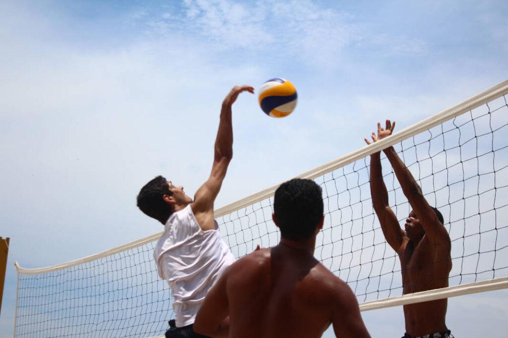 uomo-che-salta-giocando-a-pallavolo-riabilitazione-in-palestra