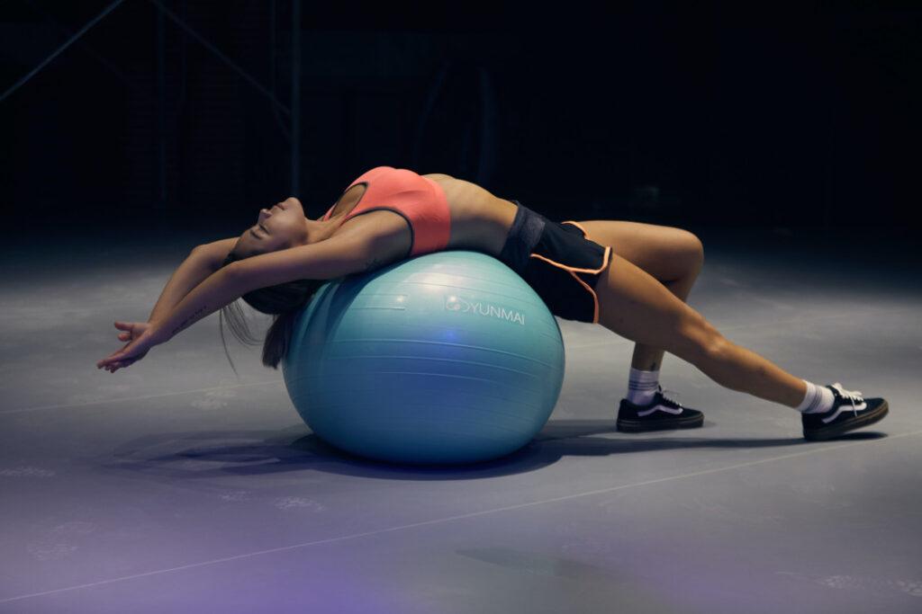 ragazza-su-fitball-fisioterapia-nervo-sciatico