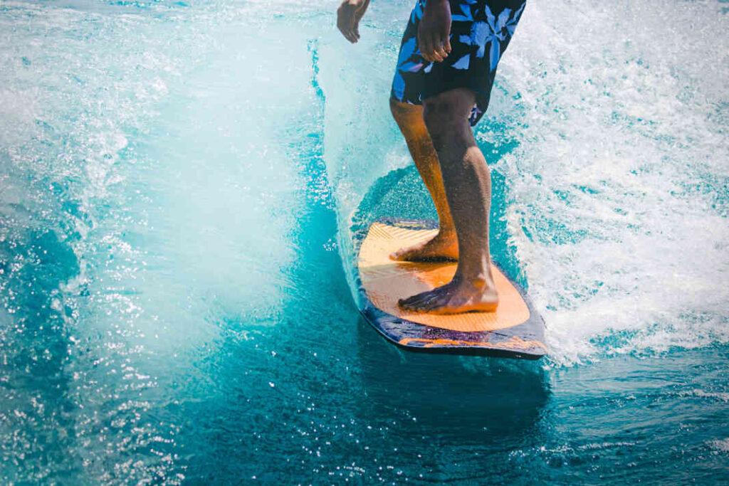 uomo-che-fa-surf-esercizi-posturali-propriocettivi